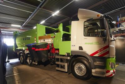 The electric side loader that the public collector ROVA will use at the location in Zwolle.